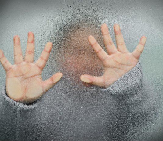kinderhanden tegen beslagen glas