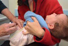 Baby krijgt vaccinatie
