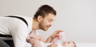 vader geeft dochtertje de fles