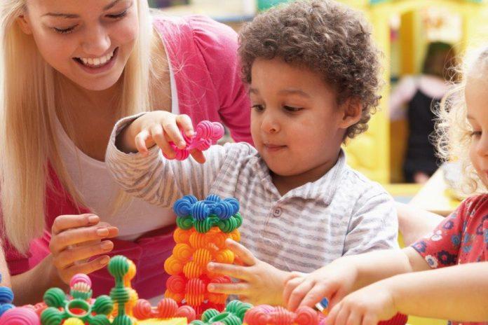 kind speelt met blokken