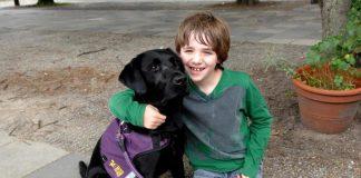 autistisch jongetje met hond