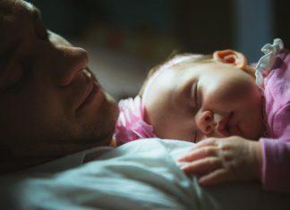 slapende baby met vader