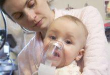 zieke baby met zuurstofmasker