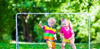 jongen en meisje met bal