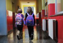 2 leerlingen op de gang van een basisschool