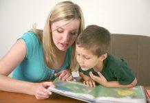 moeder leest zoontje voor