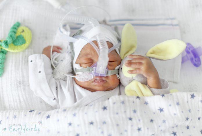 te vroeg geboren baby in couveuse