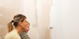 moeder schildert met zoontje