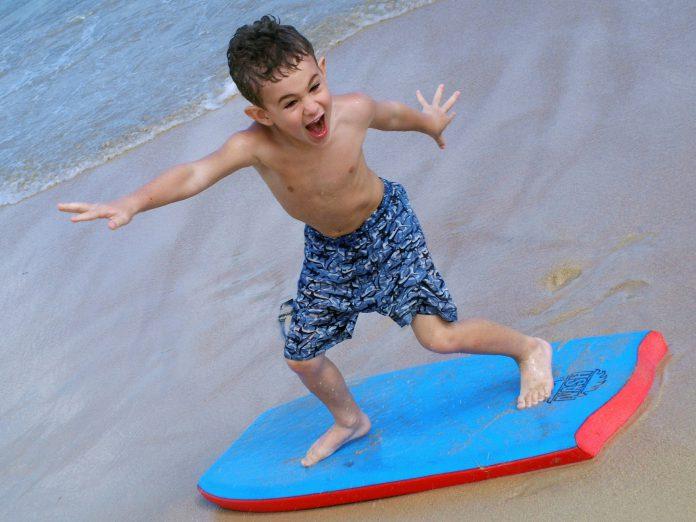 jongetje op strand