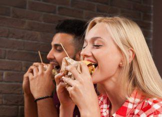 voruw en man eten burgers