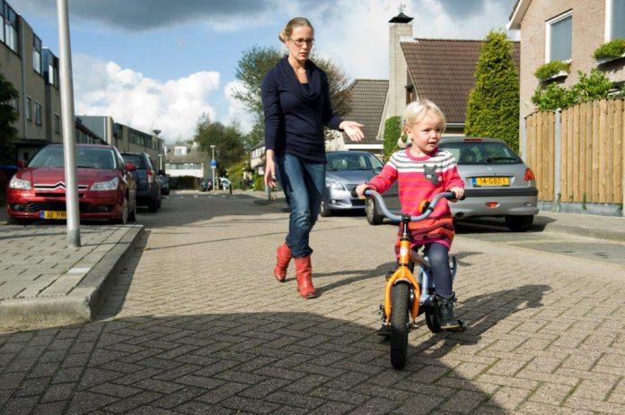 Kind leert fietsen met moeder