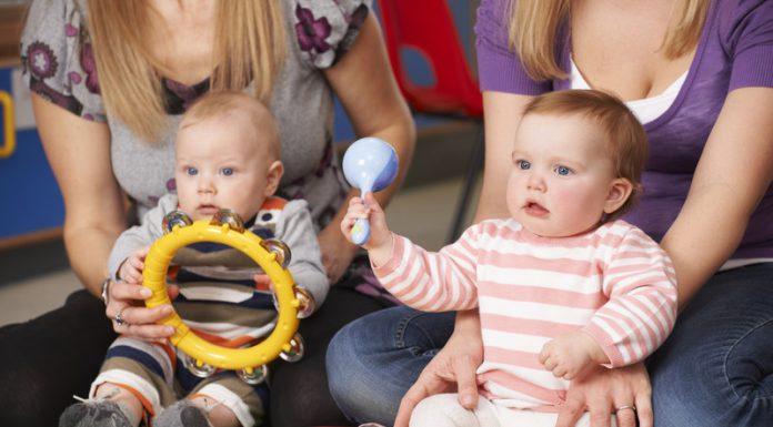 Twee baby's met muziekinstrumenten