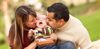 vader en moeder met huilende baby