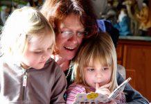 Moeder leest dochtertjes voor