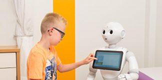 Jongetje met zorgrobot