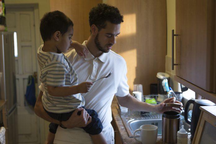 Vader in keuken met jong kind