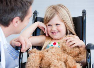 meisje in rolstoel met vader