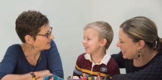 therapiesessie met jongetje en zijn moeder