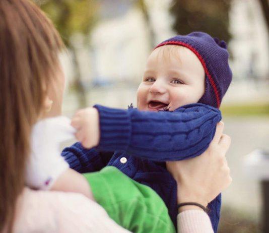 verlegen baby met moeder