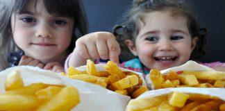 kleine kinderen smullen van patat