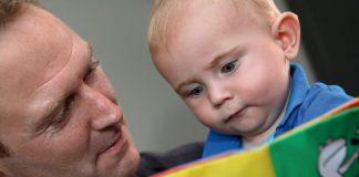 Vader leest zoontje voor