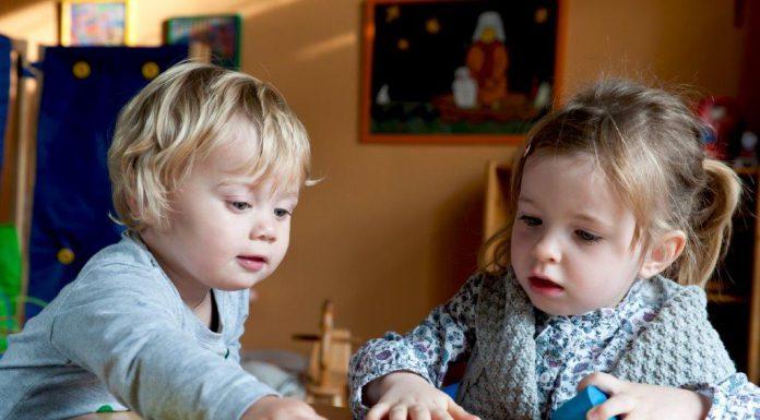 Twee spelende jonge kinderen
