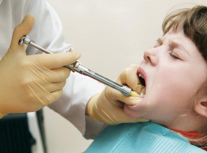 Jongetje bij de tandarts