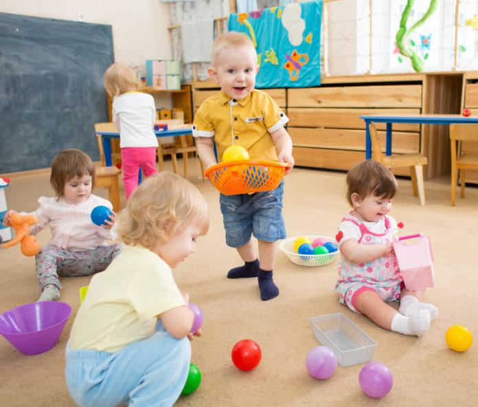 spelende kinderen op een locatie voor kinderopvang