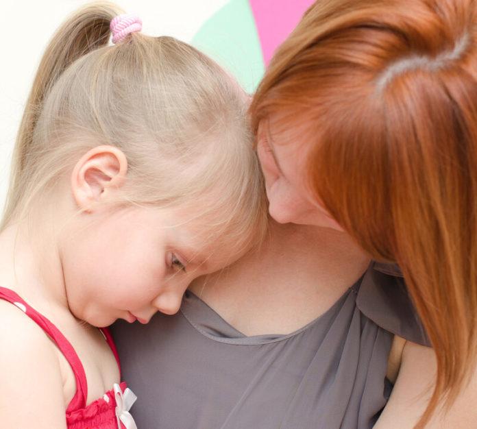 meisje, verdrietig, moeder, troosten