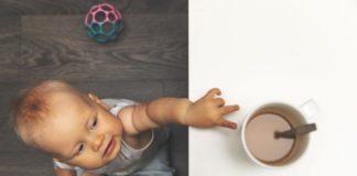 peuter reikt naar kopje thee